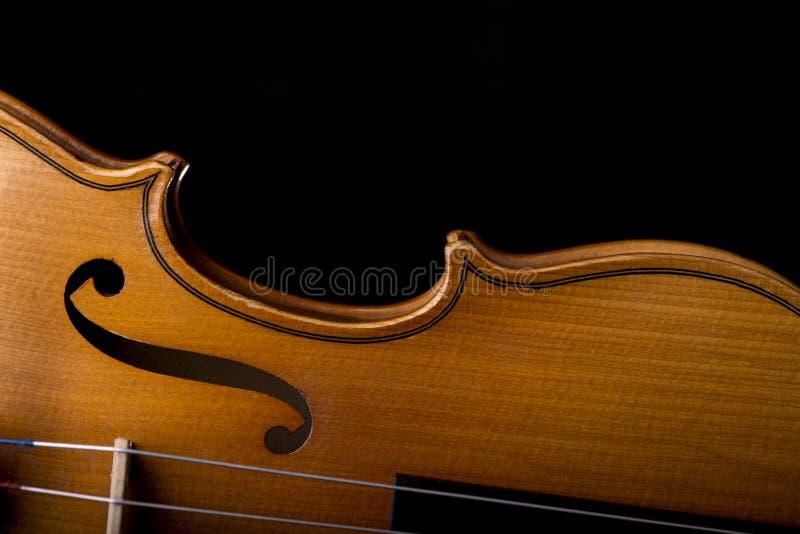 Close up do instrumento de música do violino isolado no preto imagem de stock royalty free