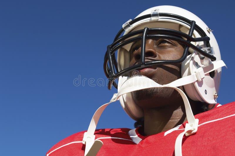 Close up do jogador de futebol americano no capacete imagem de stock