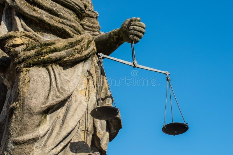 Close up do Justitia bem em Regensburg com as escalas em suas mãos foto de stock royalty free