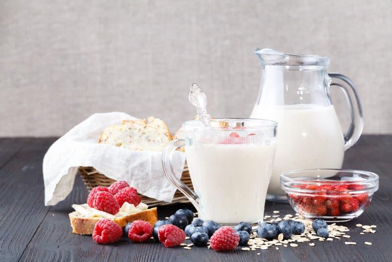 Close up do leite da aveia, o conceito de uma dieta do vegetariano fotos de stock