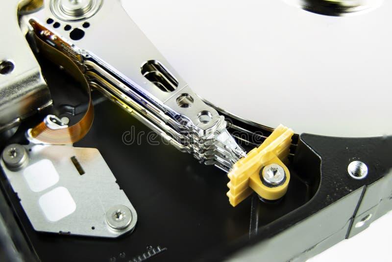 Close up do leitor ótico e dos discos no disco rígido do computador imagens de stock