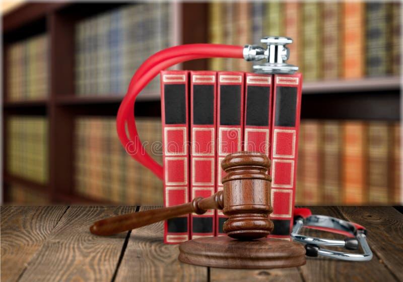 Close-up do martelo de madeira e de livros vermelhos justiça foto de stock royalty free
