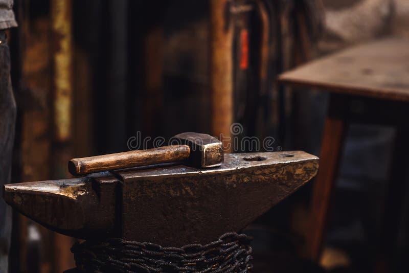 Close up do martelo de um ferreiro no batente fotos de stock