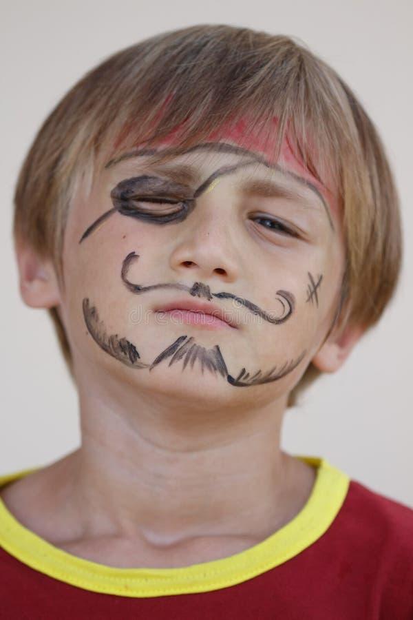 Close-up do menino mal-humorado do pirata imagens de stock