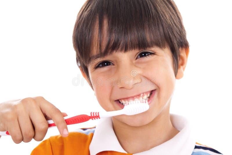 Close up do miúdo bonito que escova seus dentes imagens de stock