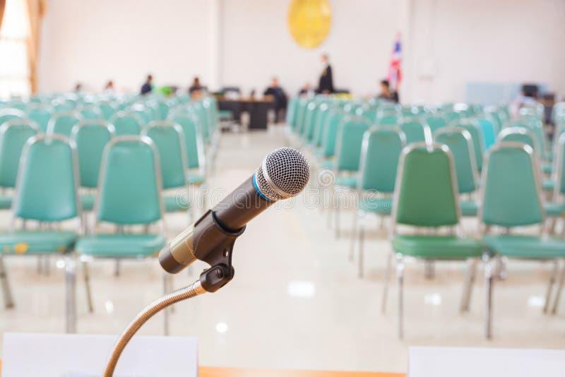 Close-up do microfone na sala vazia do anúncio da reunião imagens de stock