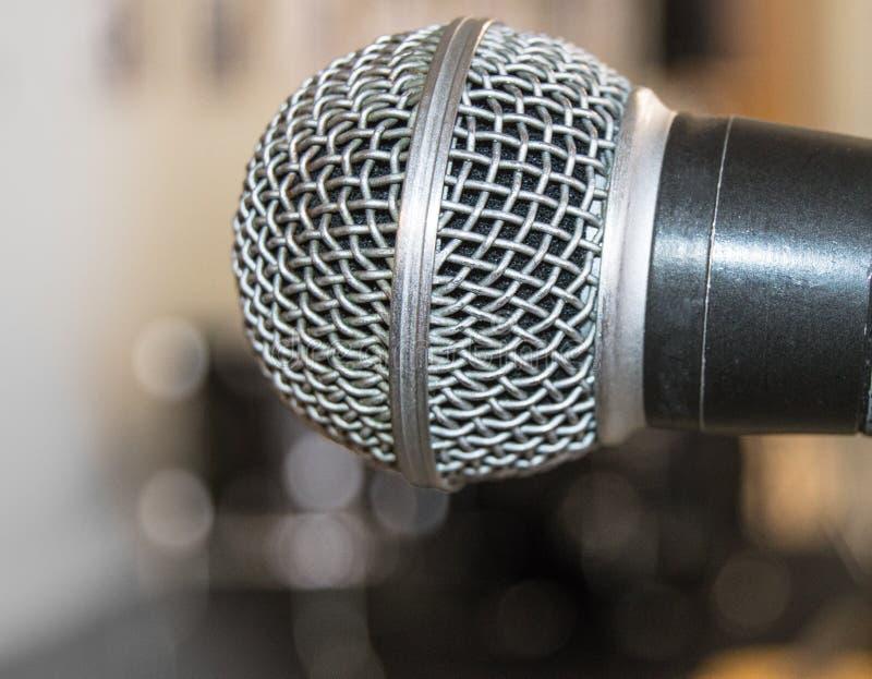 Close-up do microfone, usado pelo orador para falar na sala de conferências, seminário, universidade, leituras, fundo borrado fotos de stock royalty free