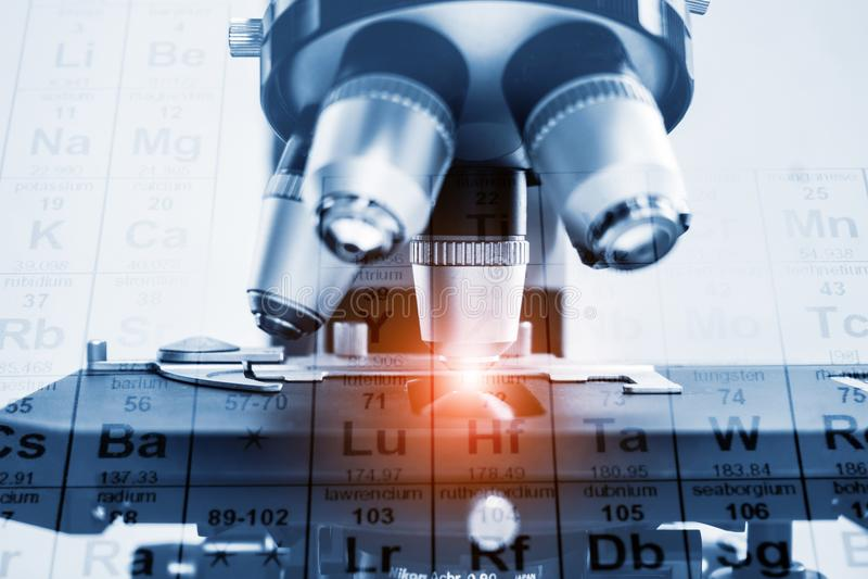 Close up do microscopeCloseup da lente do microscópio lente da pesquisa e do develo do laboratório de ciência pesquisa e colabora imagem de stock
