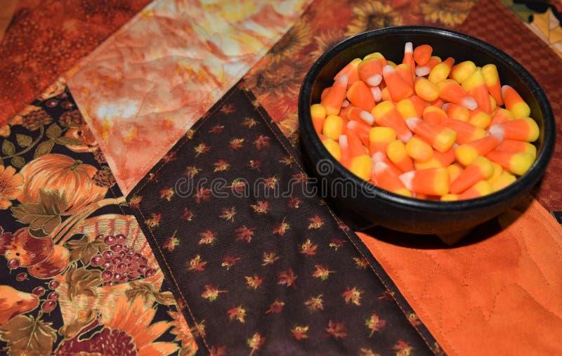 Close up do milho de doces de Dia das Bruxas em uma bacia imagens de stock royalty free