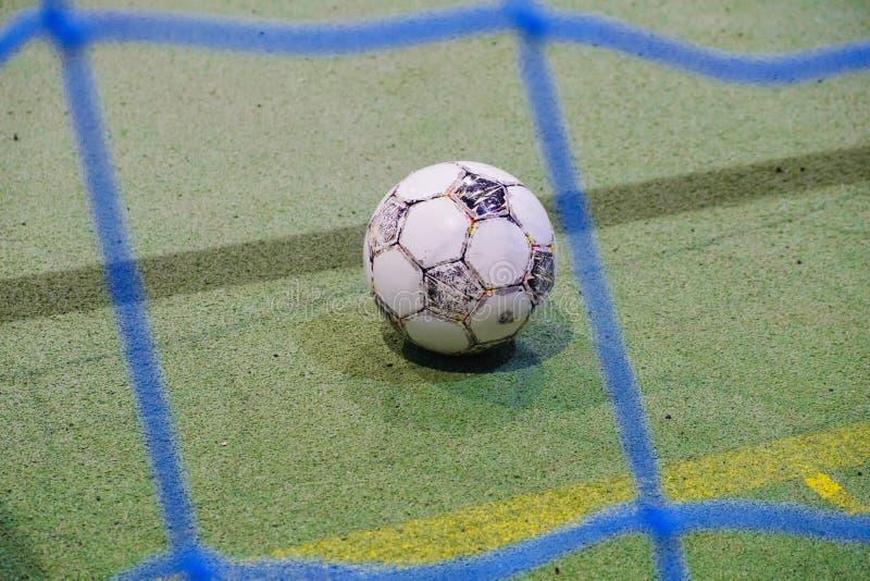 Close-up do mini poste futsal do futebol, grama artificial imagem de stock