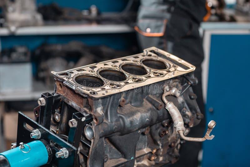 Close-up do motor desmontado no suporte Cilindros novos Reparo do capital do motor Dezesseis v?lvulas e cilindros quatro imagem de stock