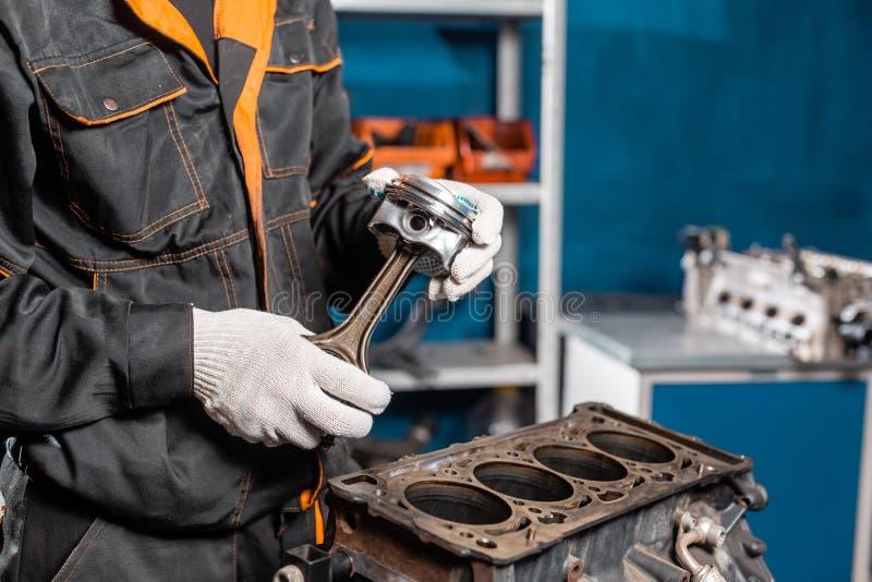 Close-up do motor desmontado no suporte Cilindros novos Reparo do capital do motor Dezesseis v?lvulas e cilindros quatro foto de stock royalty free