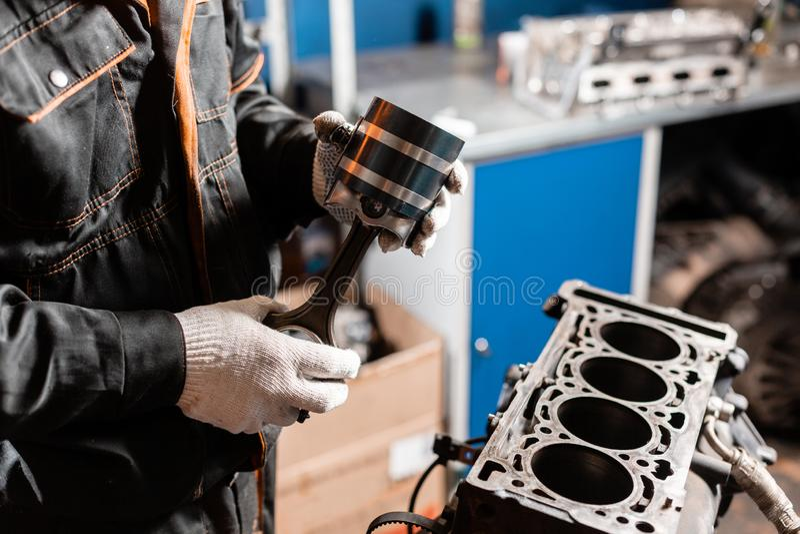 Close-up do motor desmontado no suporte Cilindros novos Reparo do capital do motor Dezesseis v?lvulas e cilindros quatro imagens de stock royalty free