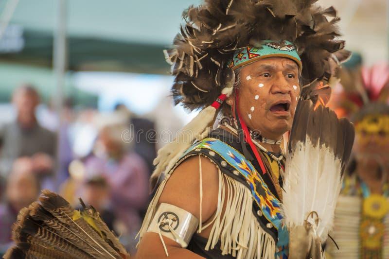 Close up do nativo americano que chanting em um PowWow imagens de stock