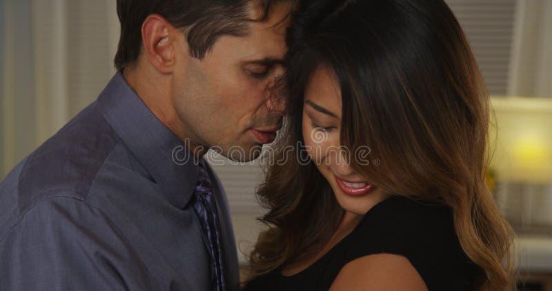 Close up do noivo que sussurra na orelha da amiga foto de stock