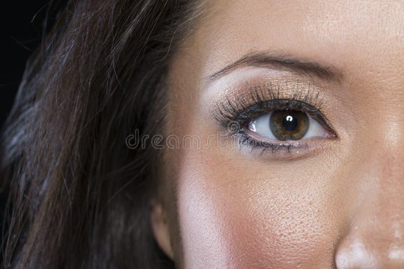 Close up do olho asiático com forro preto imagens de stock