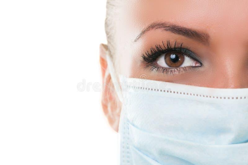 Close-up do olho e máscara do assistente do doutor imagem de stock