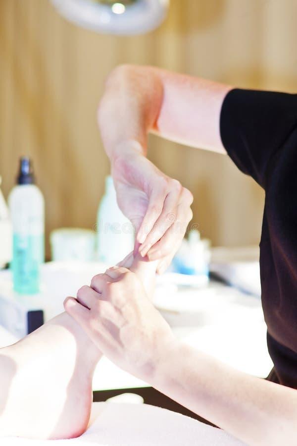Close up do pé que recebe a massagem em termas da beleza imagem de stock