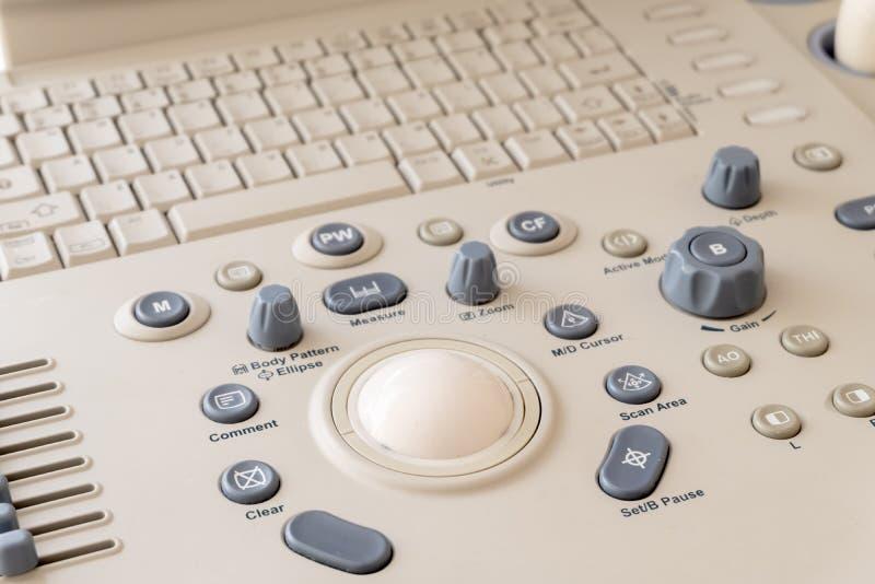 Close-up do painel de controle da máquina do ultrassom Fundo do equipamento diagnóstico médico moderno cinza e fotos de stock royalty free