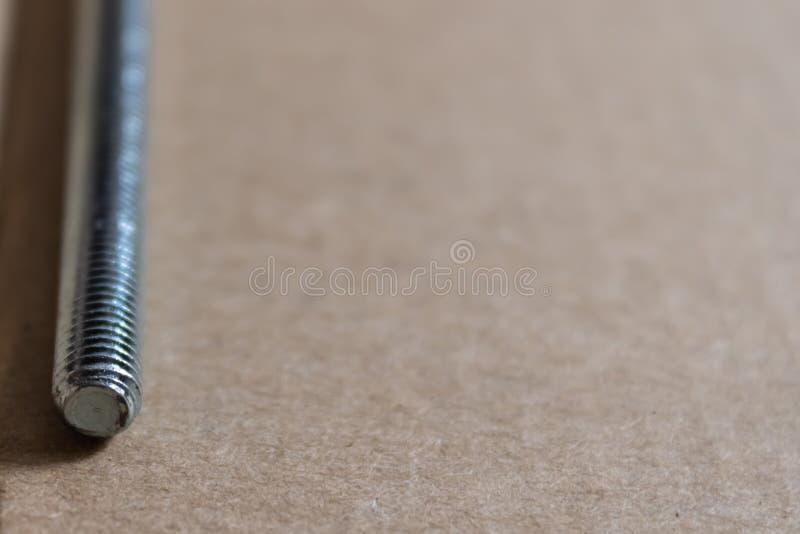 Close up do parafuso de metal com fundo do armário - imagem imagem de stock