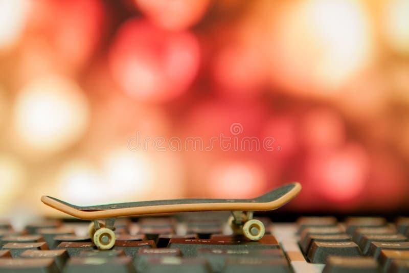 Close up do patim no teclado no bokee do fundo foto de stock
