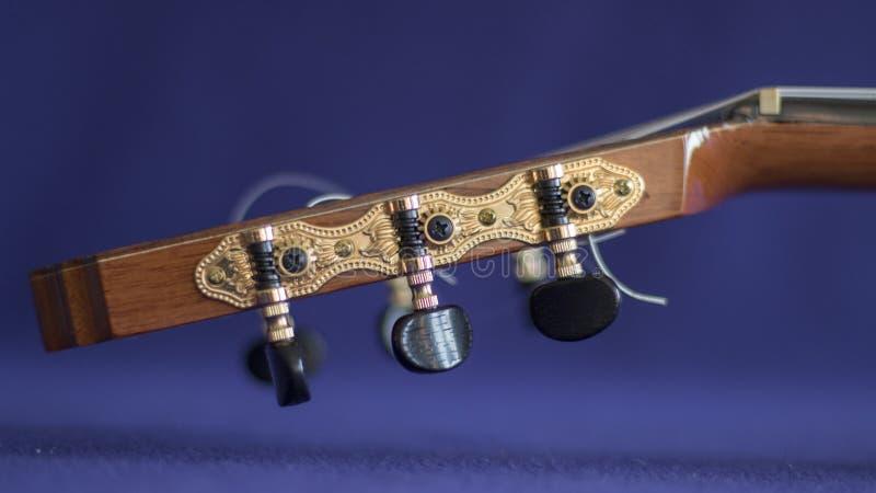 Close-up do pegbox de uma guitarra acústica imagens de stock