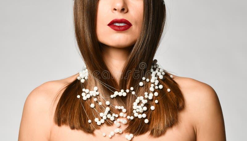 Close-up do pescoço de uma mulher nova bonita do louro sem uma camisa fotos de stock royalty free