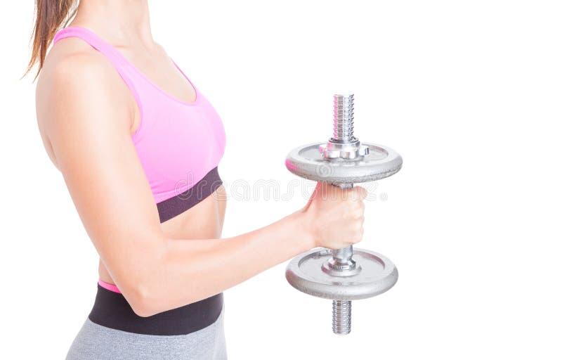 Close-up do peso pesado da terra arrendada de braço da menina no gym fotos de stock