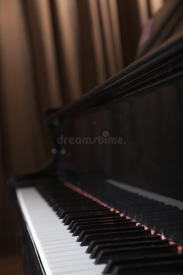 Close-up do piano e das chaves do piano imagem de stock