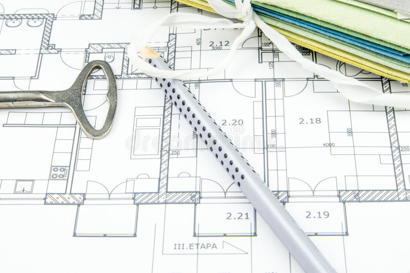 Close up do plano da construção com chave velha, lápis e as mesas duras foto de stock