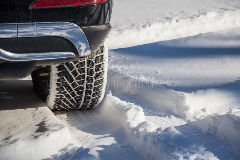Close-up do pneu do inverno imagens de stock