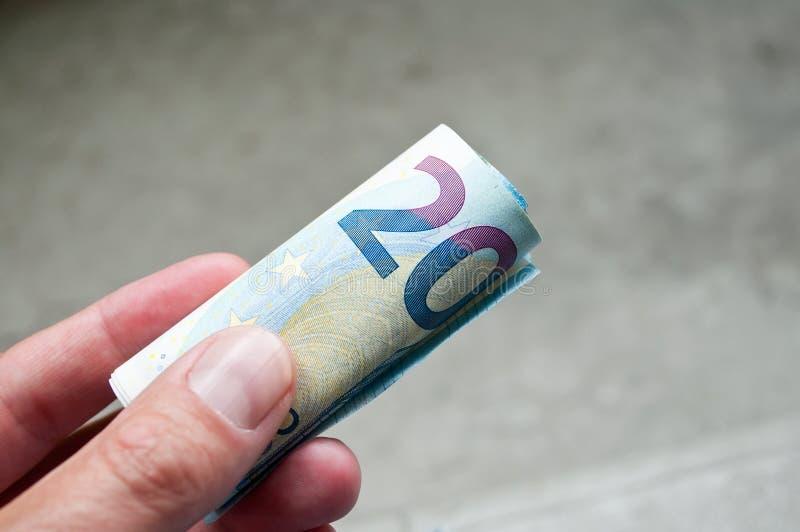Close up do punhado de um dinheiro de vinte euro fotografia de stock