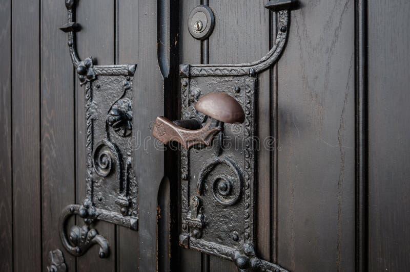 Close up do puxador da porta do metal feito - entrada da igreja fotografia de stock royalty free