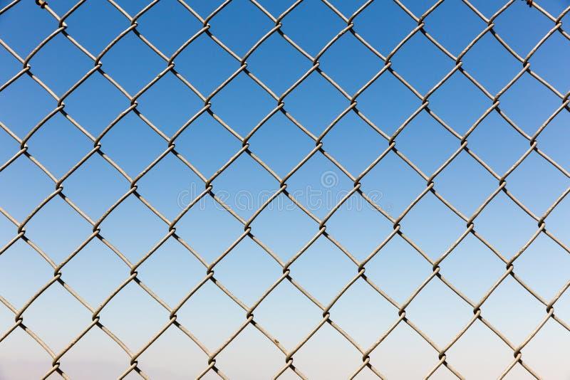 Close up do rabitz da cerca no fundo do céu azul fotos de stock royalty free