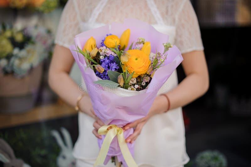 Close-up do ramalhete com as flores azuis e amarelas imagem de stock
