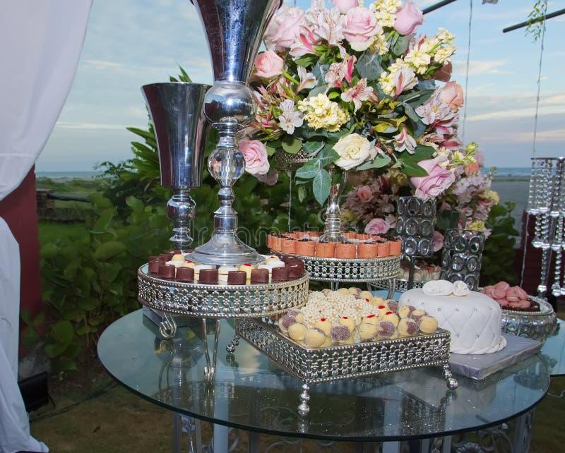 Close-up do ramalhete de amarelo, do rosa e das rosas corais Copos ao redor fotos de stock royalty free