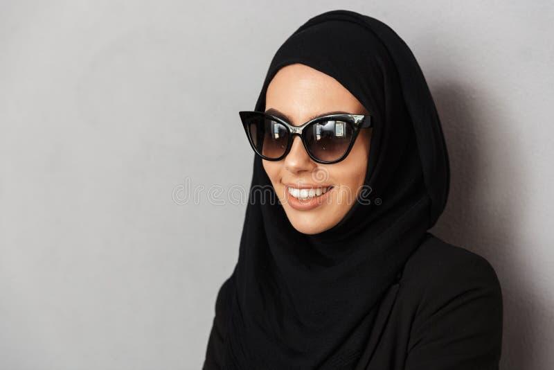 Close up do retrato da mulher muçulmana 20s da forma no headsc religioso imagem de stock