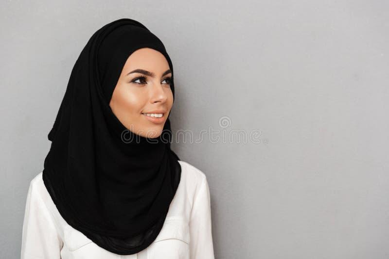 Close up do retrato da mulher muçulmana 20s da oração no headsca religioso fotografia de stock