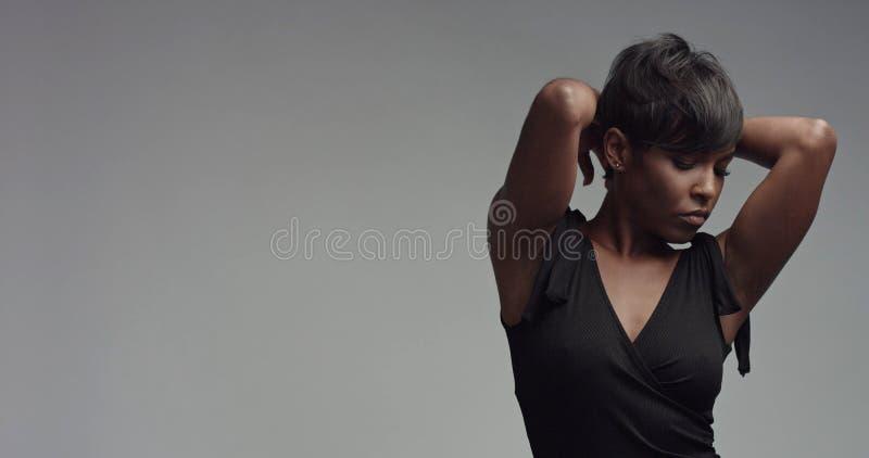 Close up do retrato da mulher negra da beleza imagem de stock