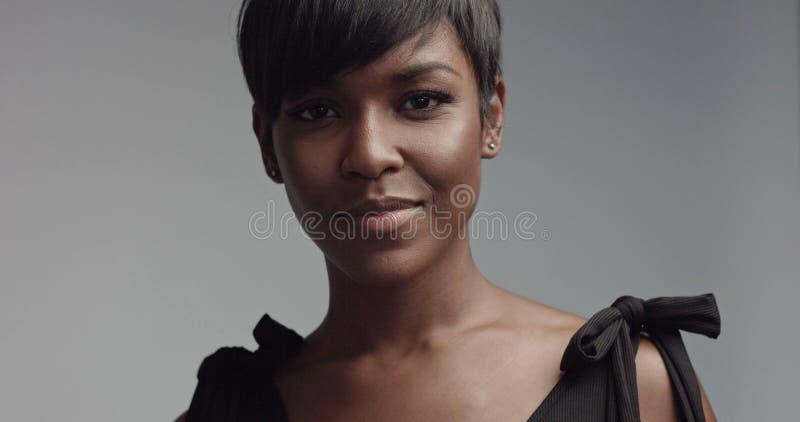 Close up do retrato da mulher negra da beleza fotografia de stock royalty free