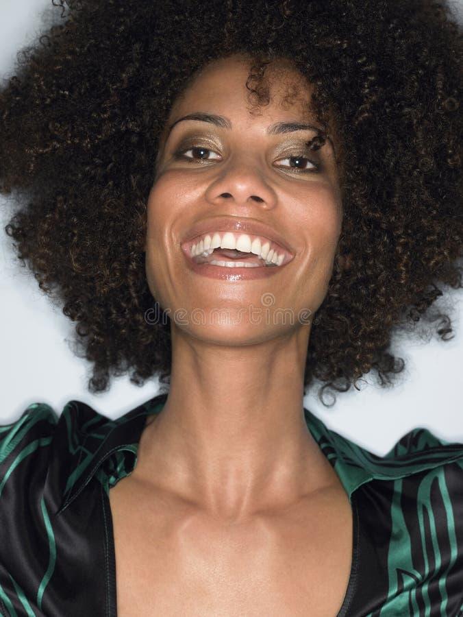Close up do riso novo da mulher do Afro imagem de stock