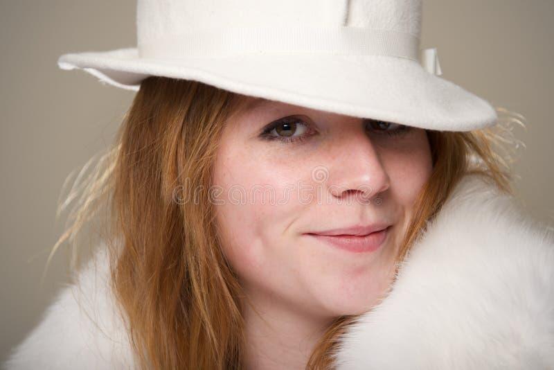 Close-up do ruivo de sorriso no chapéu branco imagem de stock