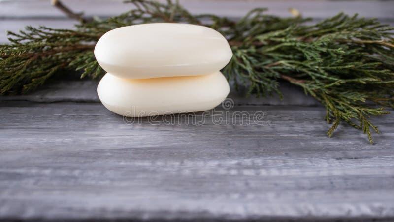 Close up do sabão em um fundo de madeira velho Tratamentos dos termas, verdes fotos de stock royalty free