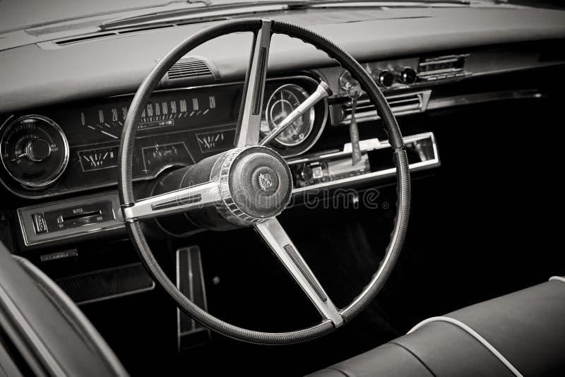 Close up do salão de beleza do volante e painel de um luxo retro fotos de stock