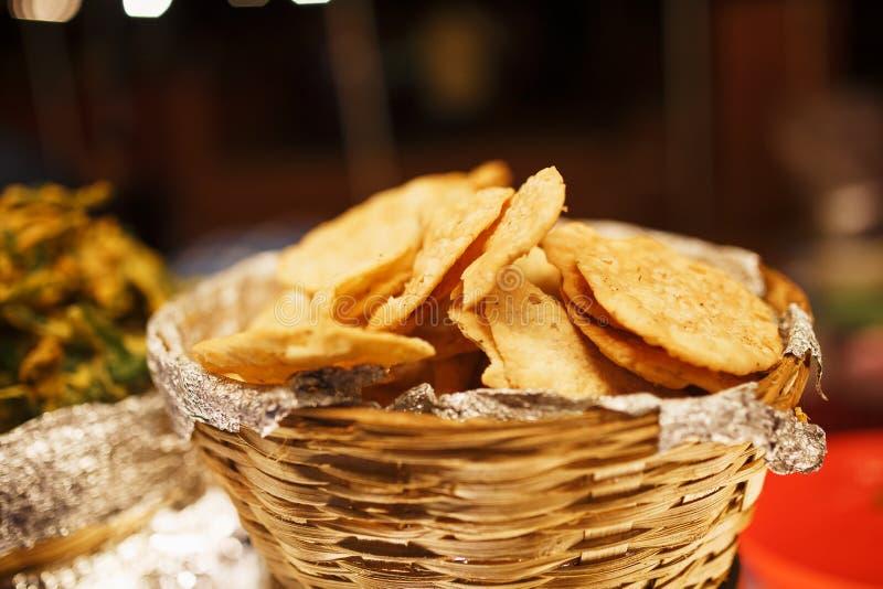 Close up do samosa dos ingredientes, um prato indiano bonito, alimento nacional em uma cesta Mercado da noite fotografia de stock royalty free