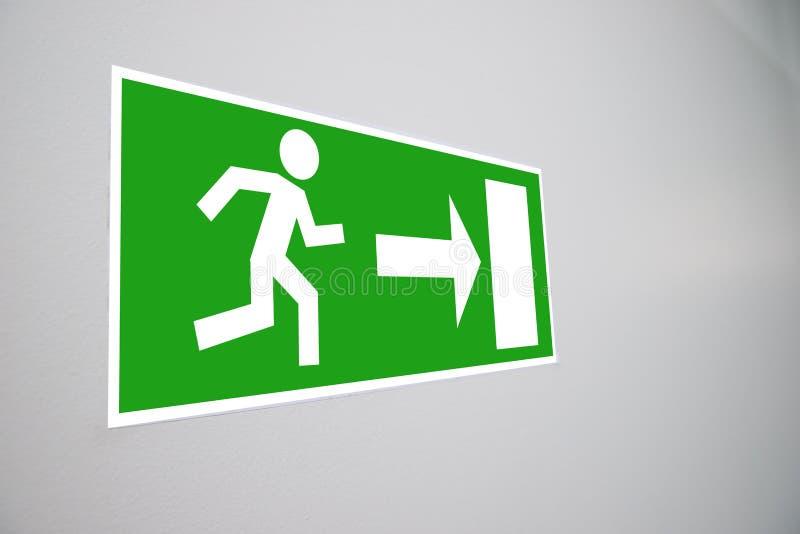 Close-up do sinal da evacuação da emergência imagens de stock royalty free