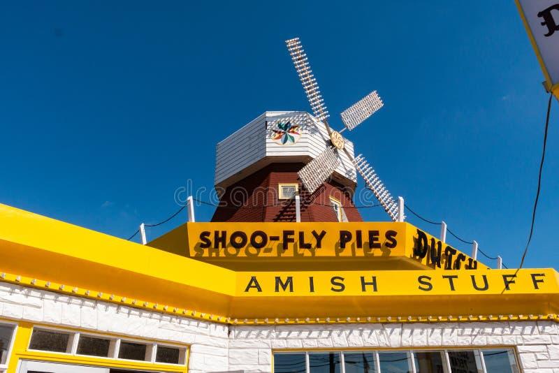 Close up do sinal e do moinho de vento holandeses do abrigo imagem de stock royalty free