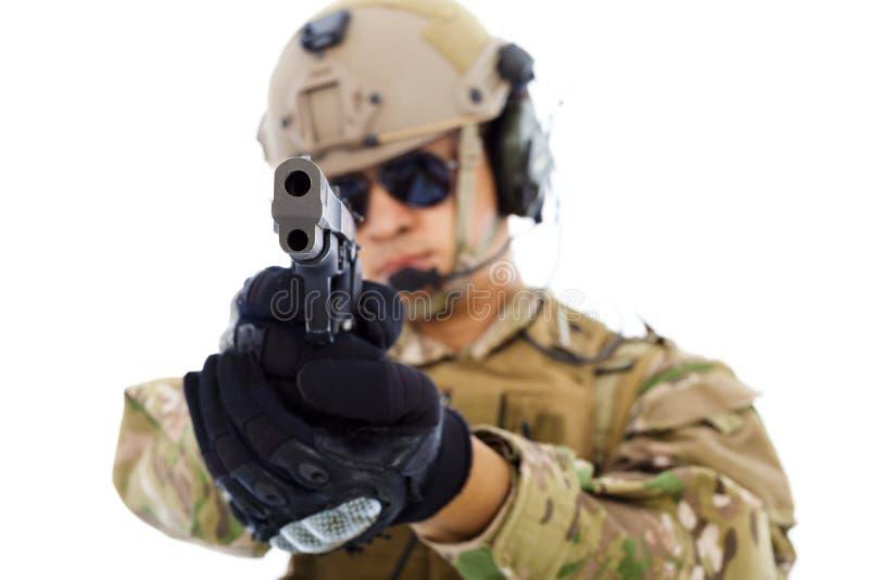 Close up do soldado com uma arma isolada no fundo branco imagem de stock royalty free