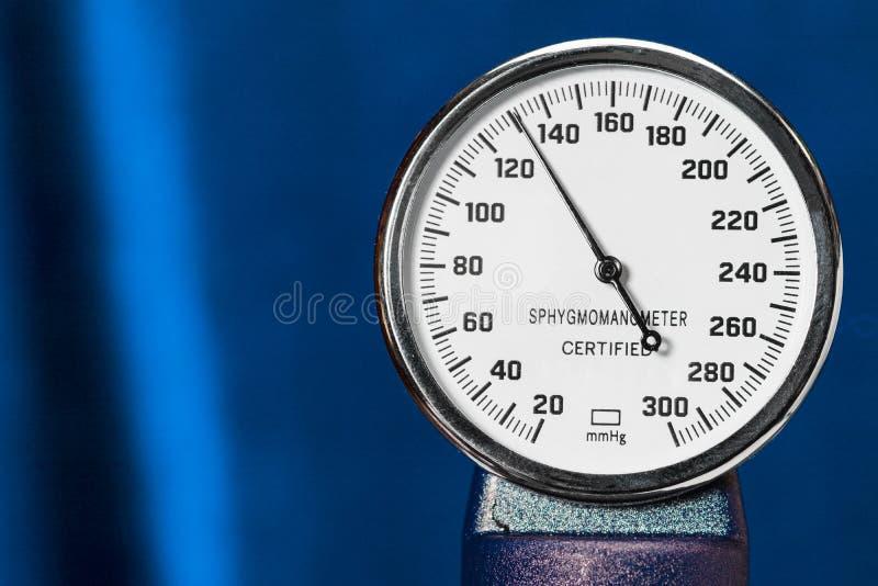Close up do Sphygmomanometer, equipamento médico da medida da pressão sanguínea Tonometer, ferramenta médica no fundo azul, fim fotos de stock