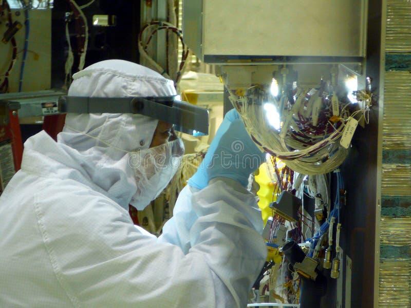 Close up do técnico da sala de limpeza do laboratório imagens de stock